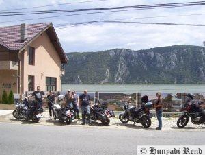 Motorozás csapatban - Pihenőhelynek csak olyan parkolót választ, ahol a teljes csapat biztonsággal parkolhat le...